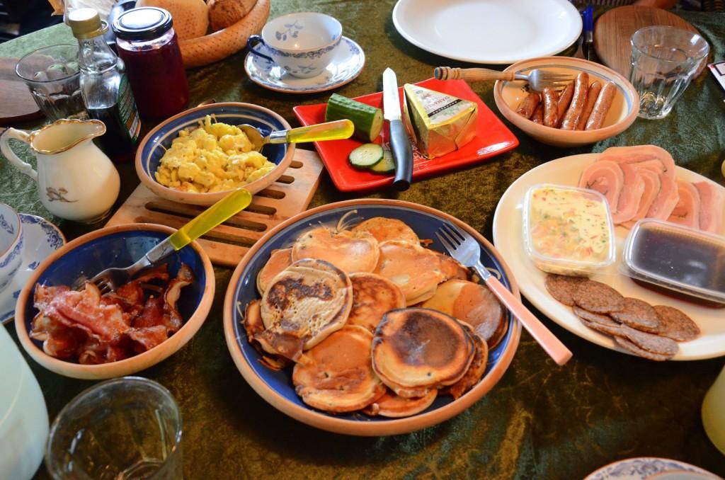 Brunchbord med amerikanske pandekager
